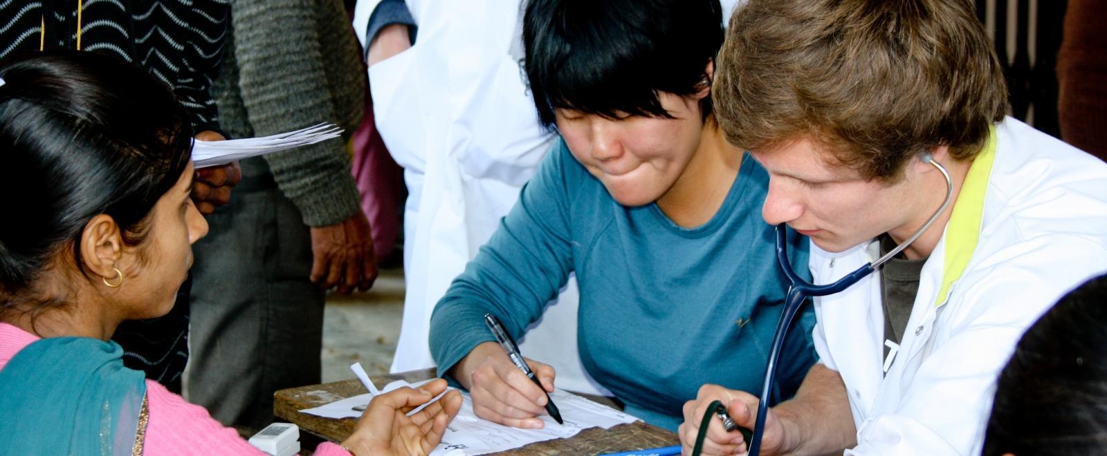 Internos de Medicina en Nepal ayudan a realizar chequeos de salud.